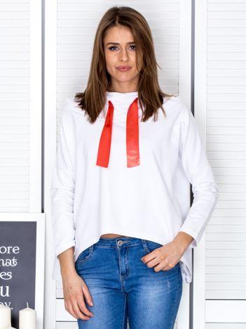 Biała bluza z kapturem i wstążką