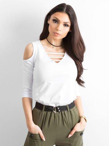 Biała bluzka z paseczkami przy dekolcie