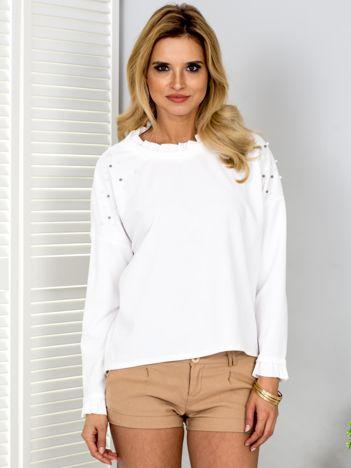 Biała bluzka z perełkami i kontrastowym wykończeniem