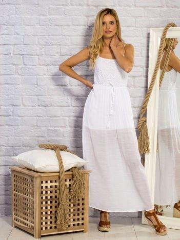 Biała letnia sukienka maxi z ażurowaniem