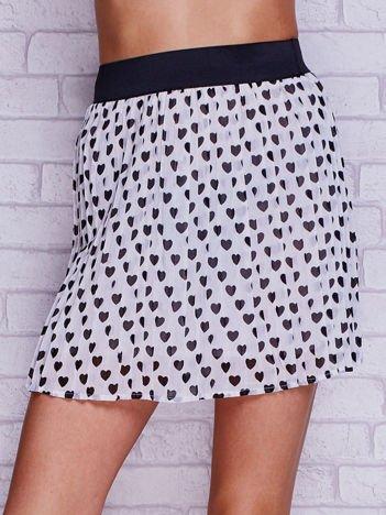 Biała plisowana spódnica z motywem serc