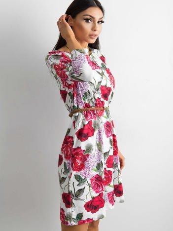 Biała sukienka z malarskim kwiatowym motywem