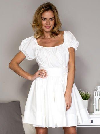 Biała sukienka z rozkloszowaną spódnicą