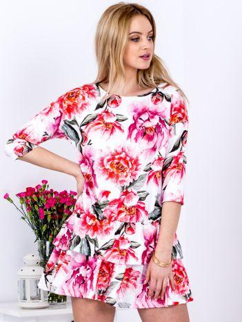 Biała sukienka z warstwowymi falbanami z motywem kwiatowym