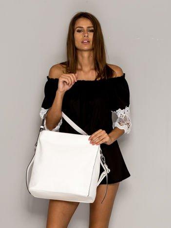 Biała torba z paskami