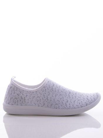 Białe dzianinowe buty sportowe z błyszczącą nitką na bialej podeszwie