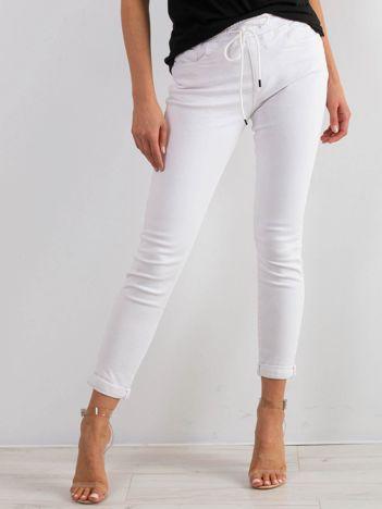 Białe jeansy Clueless