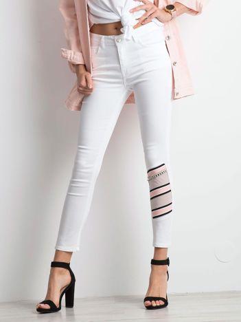 Białe jeansy Totally