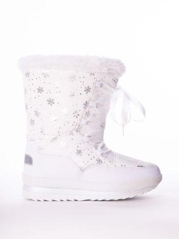 Białe pikowane śniegowce w srebrne gwiazdki sznurowane tasiemką