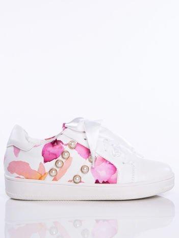Białe skórzane trampki z ozdobnymi perełkami i kwiatowym motywem na boku cholewki