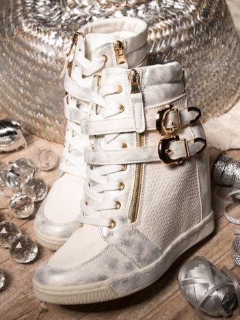 Białe sneakersy ze złotymi klamerkami i przecieraną fakturą na wysokich koturnach