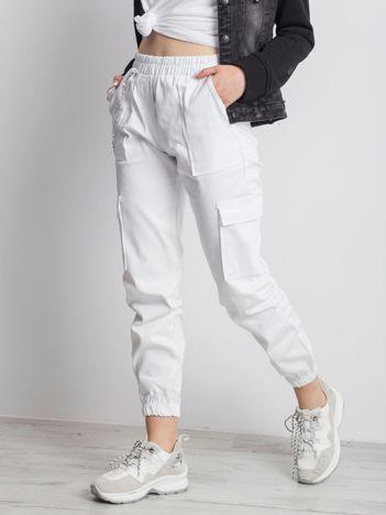 Białe spodnie Constans