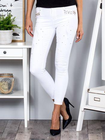 Białe spodnie z perełkami przy kieszeniach i na nogawkach