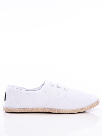 Białe sznurowane tenisówki ze skórzaną wstawką i napisem na pięcie