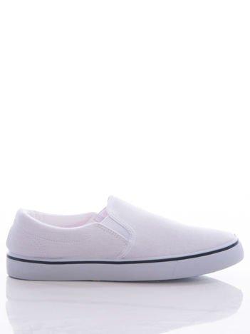 Białe tekstylne slipony z gumkami po bokach