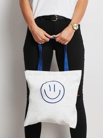 Biało-niebieska torba materiałowa z haftem