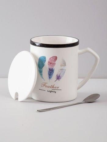Biały ceramiczny kubek z nadrukiem i pokrywką
