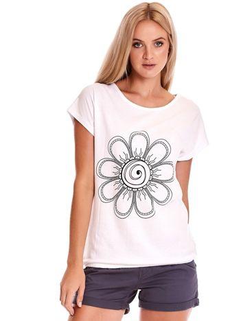 Biały t-shirt damski z kwiatem