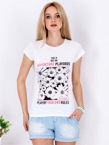 Biały t-shirt z nadrukiem kwiatów