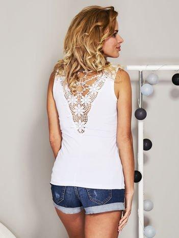 Biały top z koronkową wstawką na plecach
