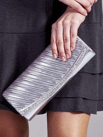 Błyszcząca elegancka kopertówka z dżetami srebrna