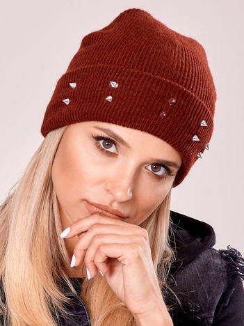 Bordowa czapka z kolcami na mankiecie