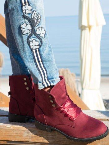 Bordowe botki z atłasowymi sznurówkami i kokardką na tyle buta