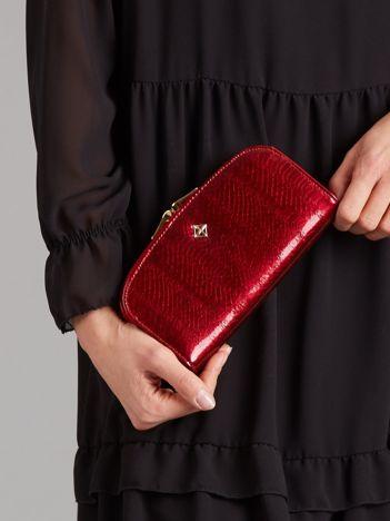 Ciemnoczerwony lakierowany portfel ze wzorem krokodyla