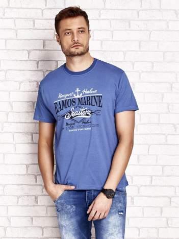 Ciemnoniebieski t-shirt męski z napisami i kotwicą