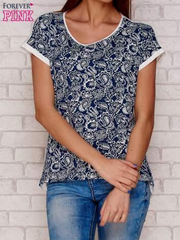 Ciemnoniebieski t-shirt w roślinne wzory