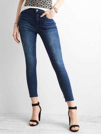 Ciemnoniebieskie jeansy skinny z aplikacją