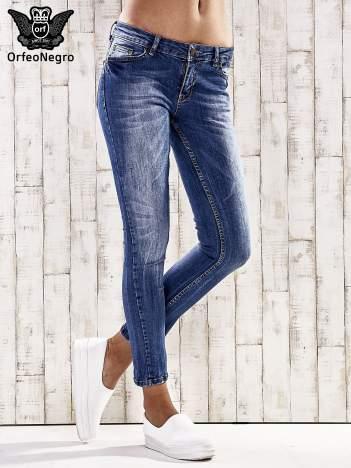 Ciemnoniebieskie spodnie rurki z przetarciami
