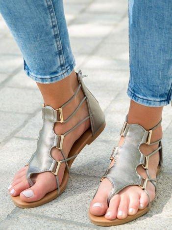 Ciemnosrebrne sandały ze złotymi klamerkami zapinane na suwak na pięcie