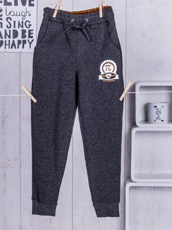 Ciemnoszare spodnie dresowe dla chłopca z troczkami i nadrukiem