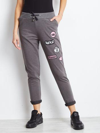 Ciemnoszare spodnie dresowe z naszywkami
