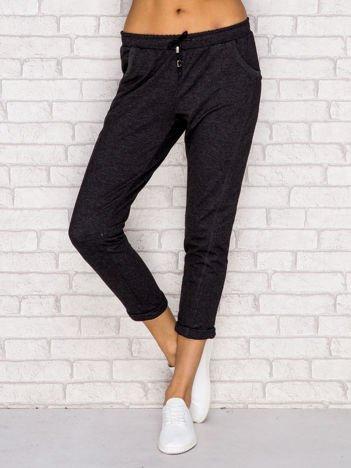 Ciemnoszare spodnie dresowe z przeszyciami