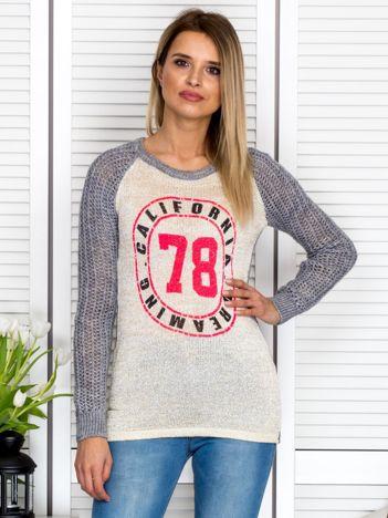 Ciemnoszary ażurowy sweter z błyszczącą nitką