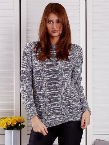 Ciemnoszary melanżowy sweter z warkoczowymi splotami