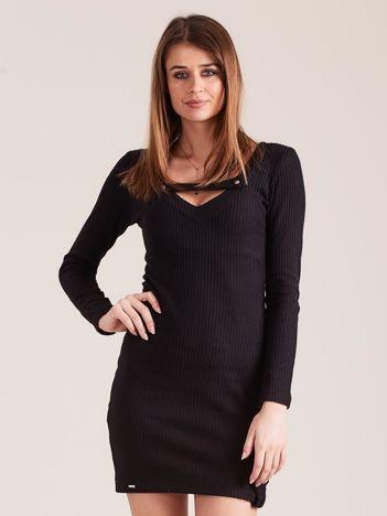 Czarna dopasowana sukienka z głębokim dekoltem V