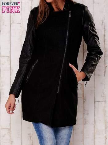 Czarna kurtka z pikowanymi rękawami i suwakami