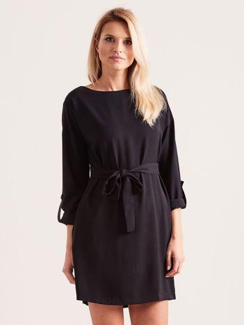 Czarna sukienka damska z paskiem