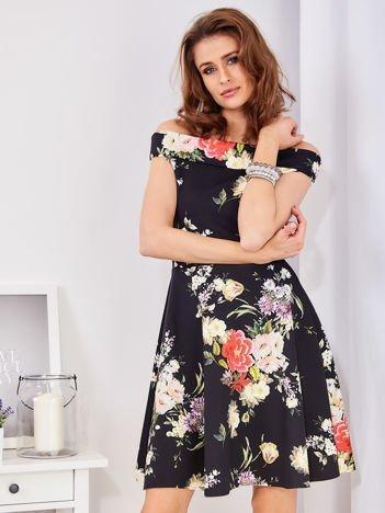Czarna sukienka w bogate kwiatowe wzory