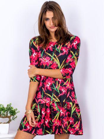 Czarna sukienka w lilie z szeroką falbaną