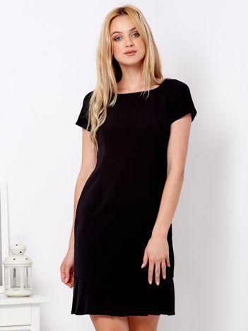 Czarna sukienka z ozdobną falbaną