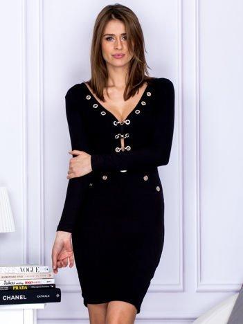 Czarna sukienka z ozdobnymi kółeczkami