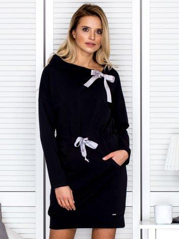 Czarna sukienka z wstążkami