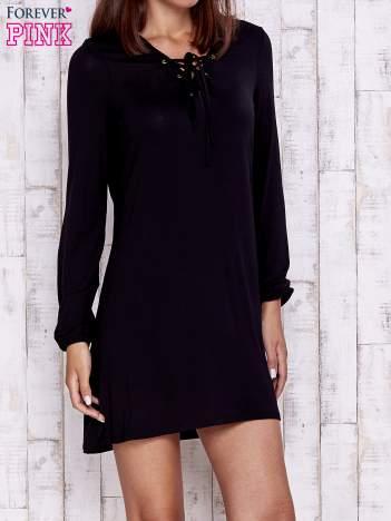 Czarna sukienka ze sznurowanym dekoltem lace up