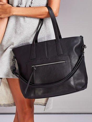 Czarna torba z ozdobną kieszenią