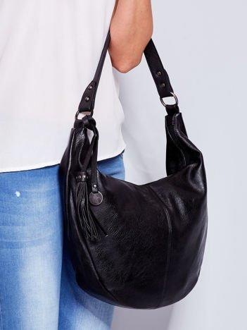 Czarna torba z przywieszką