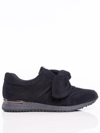 Czarne buty sportowe z ozdobną kokardką na sprężystej podeszwie z lustrzaną wstawką na pięcie